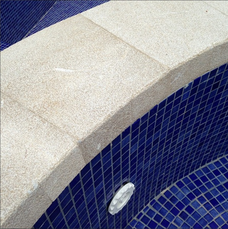 mármol borde de piscina martelinado