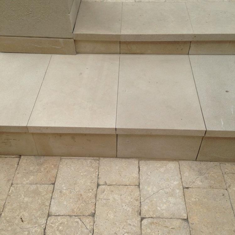 mármol escalones martelinados texturados